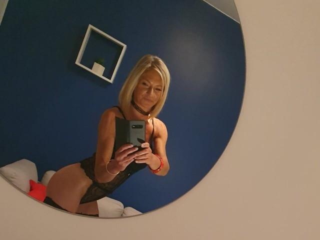 Une camgirl blonde et mature (selfie)