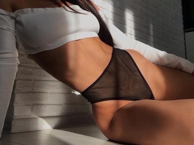 Une camgirl mince et à gros seins